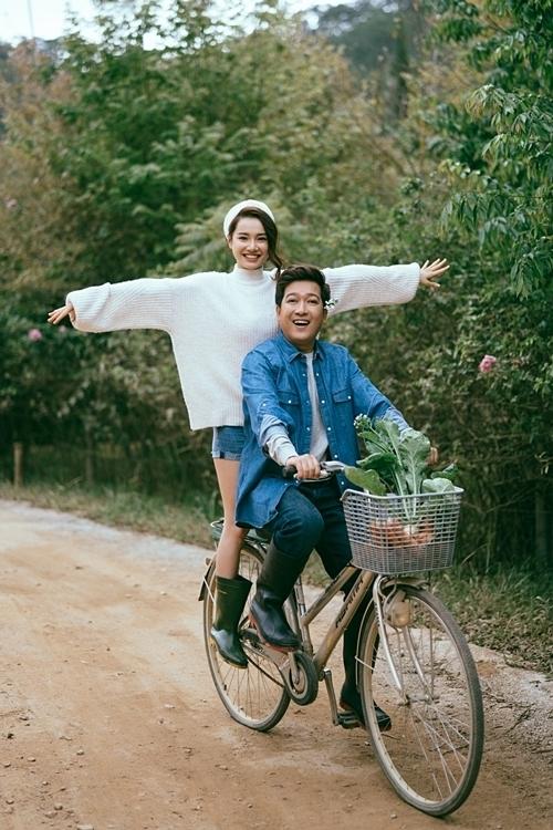 Cặp đôi tỏ ra đầy thoải mái và thích thú khi tận hưởng không gian yên bình tại Đà Lạt