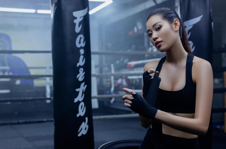 hoa hau khanh van sexy va ca tinh voi hinh tuong boxing girl