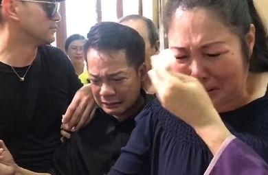 Người thân và bạn bè bật khóc trong đám tang Anh Vũ tại chùa Ẩn Quang