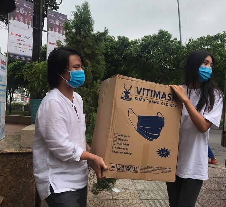 Hoa hậu Tiểu Vy vận chuyển hàng hóa tiếp sức cho Đà Nẵng chống dịch
