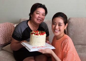 Hoa hậu Khánh Vân tự làm bánh sinh nhật tặng mẹ