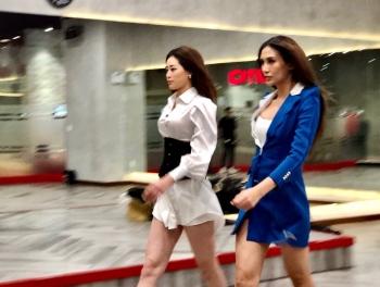 Hoàng Yến dạy Hoa hậu Khánh Vân tập catwalk