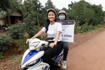 Hoa hậu H'Hen Niê lái xe máy đi trao học bổng cho học sinh tại quê nhà
