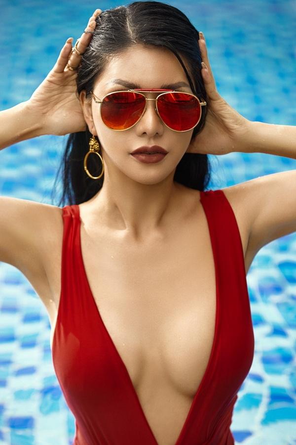 hoa hau loan vuong dien bikini khoe voc dang goi cam o ho boi