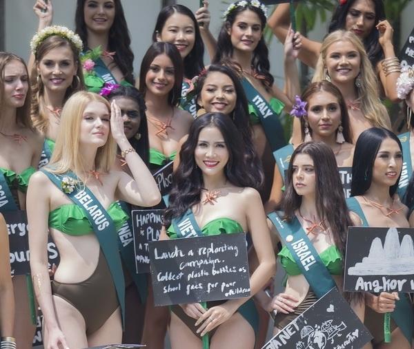 hoang hanh cung thi sinh hoa hau trai dat khoe dang voi bikini