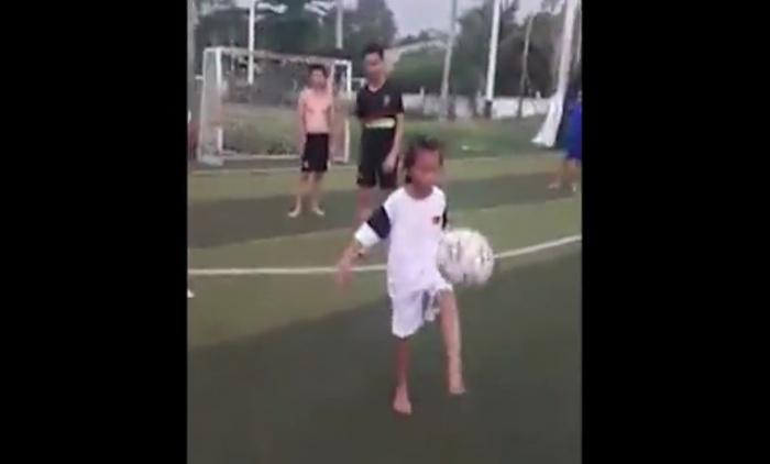 [VIDEO] Bé gái tâng bóng ngang cơ Messi
