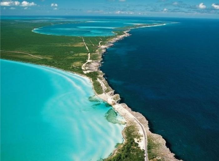 Eleuthera là một trong những hòn đảo nổi tiếng của Bahamas. Một bên là vùng biển Caribbean có màu xanh dương sáng thơ mộng còn một bên là nước biển Đại Tây Dương xanh đậm độc đáo.