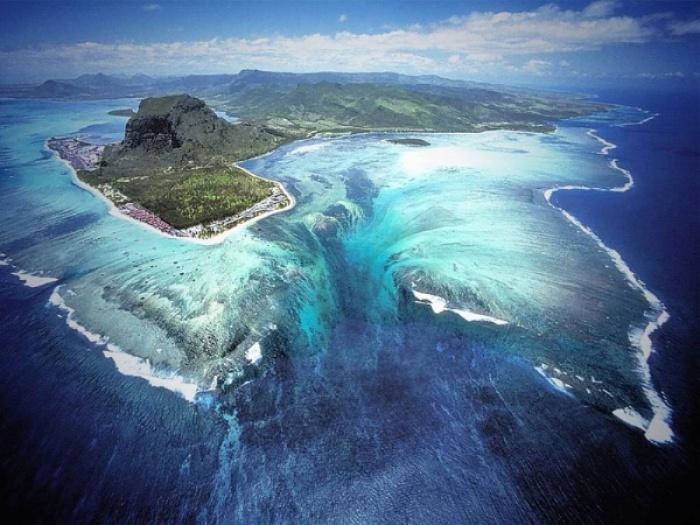 Mauritius là một trong những hòn đảo xinh đẹp nhất Ấn Độ Dương, từ góc nhìn ở phía trên cao, du khách sẽ cảm thấy như đang dõi theo một thác nước ngay trong lòng đại dương.