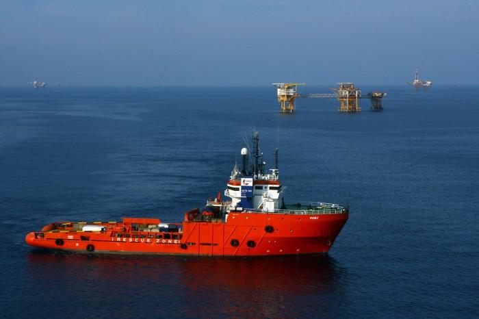 Tàu dịch vụ hoạt động tại mỏ Bạch Hổ (Huy Hùng - TTXVN)