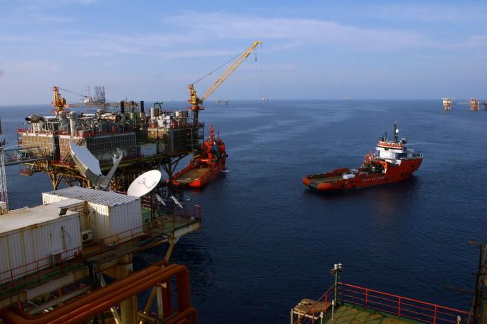 Tàu cung cấp vật tư thiết bị cho các giàn khoan (Huy Hùng - TTXVN)