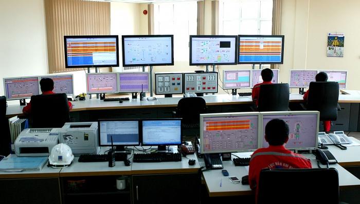 Hoạt động tại trung tâm điều khiển của nhà máy - Huy Hùng (TTXVN)
