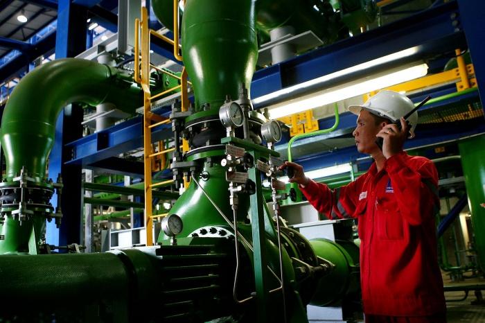 Kiểm tra các hệ thống đường ống và thiết bị tại nhà máy - Huy Hùng (TTXVN)