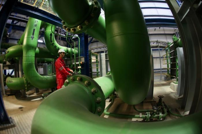 Công nhân vận hành tại nhà máy - Huy Hùng (TTXVN)