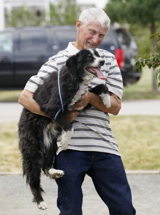 Người đàn ông hạnh phúc khi tìm thấy chú chó bị lạc