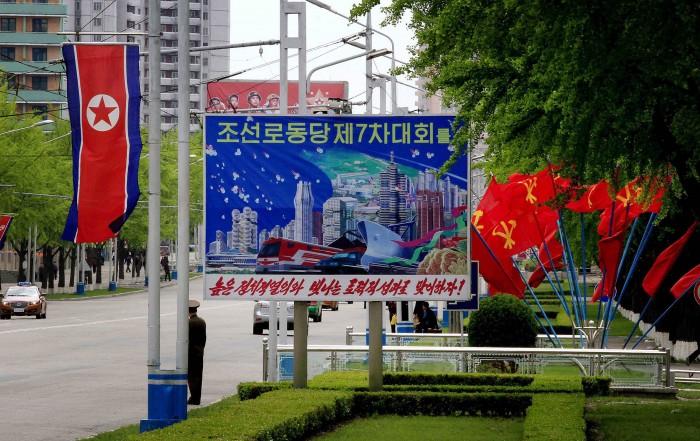 Đường phố đường trang trí với quốc kỳ Triều Tiên, cờ đỏ búa liềm và áp phích cổ động