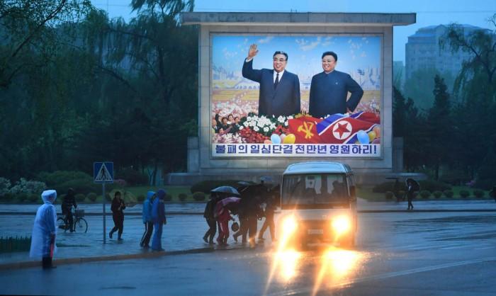 Pano chân dung cố lãnh tụ Kim Il Sung và con trai Kim Jong Il trên đường phố Bình Nhưỡng