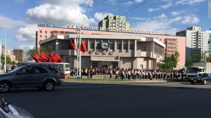 Nhóm sinh viên hát cổ động nâng cao tinh thần người dân Bình Nhưỡng bên ngoài nhà ga Hyoksin