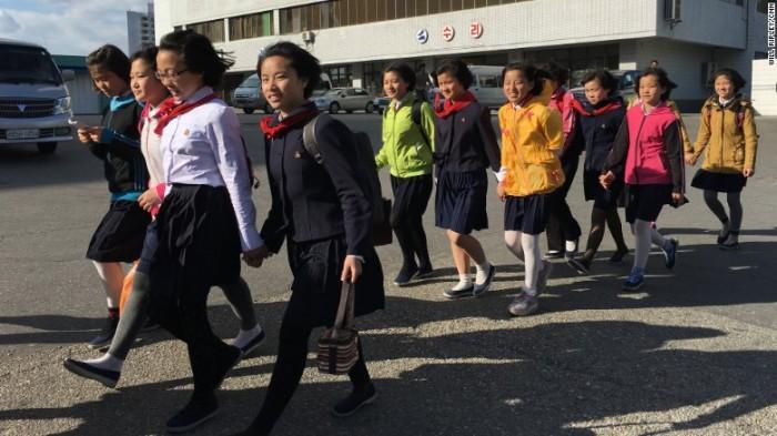 Các em thiếu nhi đi bộ về nhà sau buổi tập luyện cho chương trình chào mừng Đại hội Đảng lần thứ VII