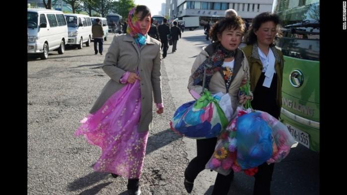 Trên các con phố ở thủ đô Bình Nhưỡng, dễ dàng bắt gặp người dân mang theo những chùm hoa giả - đạo cụ không thể thiếu trong các chương trình biểu diễn nghệ thuật ở Triều Tiên