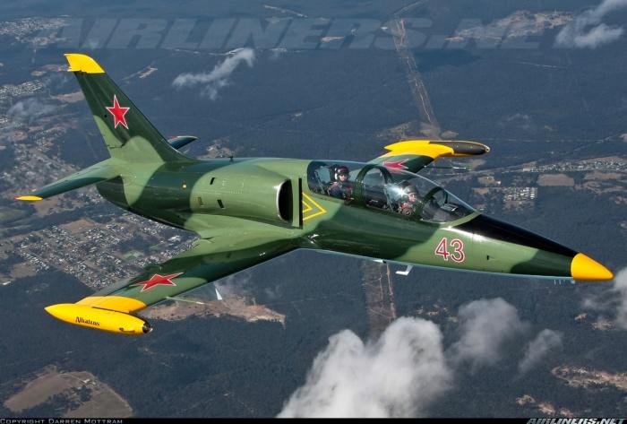 """L-39 Albatros là sản phẩm của hãng Aero Vodochody, Tiệp Khắc, được phát triển với mục đích thay thế """"người tiền nhiệm"""" L-29 Delfin."""