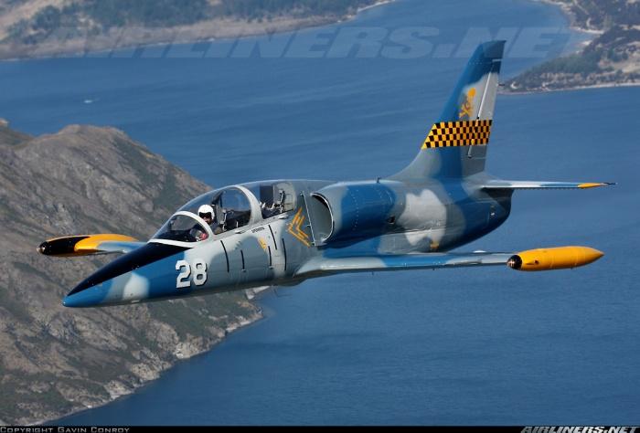 L-39 Albatros  được trang bị 1 động cơ tua-bin phản lực cánh quạt Progress/Ivchenko AI-25TL cho phép đạt tốc độ tối đa 750km/h, bán kính hoạt động 500km.