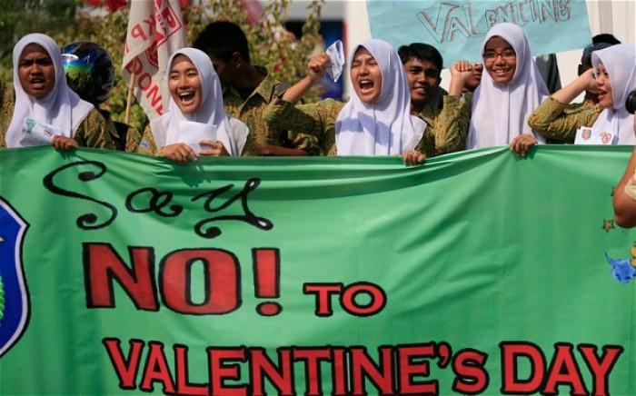 Uzbekistan: Các nhà chức trách Uzbekistan đã ra một lệnh cấm không chính thức đối với những hoạt động lãng mạn kỉ niệm ngày lễ tình yêu Valentine.