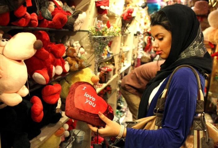 Iran: Kể từ năm 2011, chính quyền đã cấm hoàn toàn việc sản xuất quà tặng, thiệp cho ngày Valentine, cũng như tổ chức ngày lễ này. Đi cùng với đó là việc cấm 'In ấn và sản xuất bất kỳ sản phẩm nào có liên quan đến ngày Valentine như áp phích, tờ rơi, thiệp, các hộp hình trái tim, kí hiệu trái tim, một nửa trái tim, hoa hồng đỏ cũng như bất kể hoạt động quảng bá nào'.