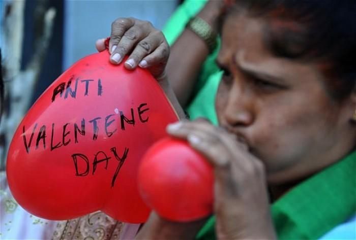 Ả-Rập Xê-Út đã ban hành lệnh cấm đối với tất cả những gì liên quan đến ngày lễ tình nhân, trong đó có cả việc cảnh cáo các chủ cửa hàng nếu bán những món quà và hàng hóa liên quan đến ngày Valentine. Cụ thể, bất kể vật dụng nào liên quan đến ngày lễ này như hoa, quà tặng, bánh kẹo và thậm chí là vật dụng có màu đỏ đều bị cấm bán.