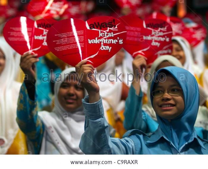 Indonesia: Nhiều tỉnh trên đất nước Indonesia đã quyết định ban hành lệnh cấm đối với ngày lễ tình yêu Valentine, bởi nghi ngại chúng có thể dẫn đến tình trạng chung chạ bừa bãi. Ngoài ra, Nhà thờ Hồi giáo và trường học sẽ chịu trách nhiệm tư vấn cho công dân biết về ngày lễ này và nguyên nhân tại sao nó không được tổ chức bởi những người Hồi giáo.