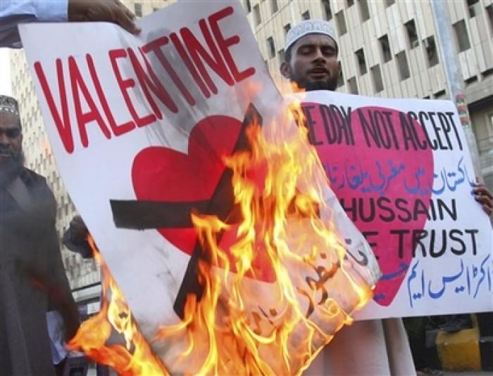 Malaysia: Chính quyền Hồi giáo ở Malaysia đã ban hành một quy định nhằm cấm những người Hồi giáo kỉ niệm ngày lễ tình nhân Valentine từ năm 2005. Theo đó, những người Hồi giáo phải tránh xa những hoạt động kỉ niệm ngày lễ tình nhân, đồng thời tiến hành bắt giữ những ai cố tình vi phạm điều lệnh này.