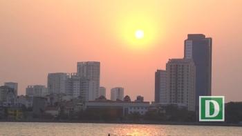 Nắng nóng đầu mùa, người dân Hà Nội đổ xô đi tắm Hồ Tây