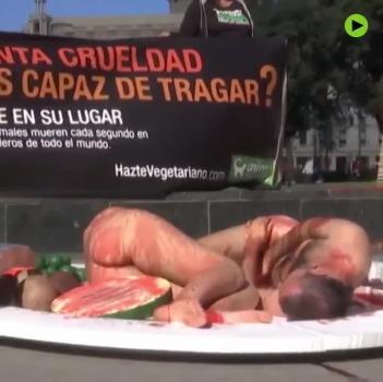 Khỏa thân, biến thành thịt sống để kêu gọi ăn chay ở Tây Ban Nha
