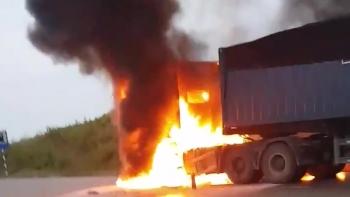 Xe container bốc cháy ở Nghệ An