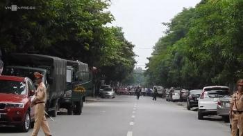 [Video] Hàng chục cảnh sát bao vây kẻ cố thủ cầm lựu đạn ở Nghệ An